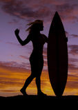 Frau stehen Surfbrettsonnenuntergang bereit Lizenzfreie Stockfotos