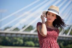 FRAU steht auf dem Fluss in der Stadt still Hintergrund-Brücke Lizenzfreie Stockfotografie