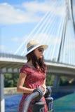 FRAU steht auf dem Fluss in der Stadt still Hintergrund-Brücke Stockfotos