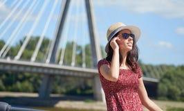FRAU steht auf dem Fluss in der Stadt still Hintergrund-Brücke Stockfotografie