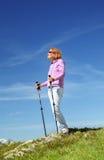 Frau steht auf einen Berg Stockfoto