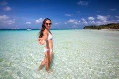 Frau steht in dem Meer auf Boracay-Insel, Philippinen still lizenzfreie stockbilder