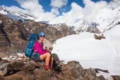 Frau steht in den Bergen auf dem Weg zu niedrigem Lager Annapurna still, Stockbild