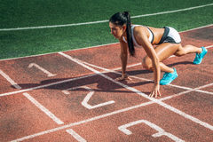 Frau steht in einem niedrigen Anfang für das Laufen lizenzfreie stockbilder
