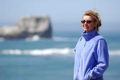 Frau steht entlang schroffem Coas Lizenzfreies Stockfoto