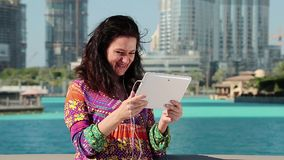 Frau steht nahen Wolkenkratzer und steht über Tablet-Computer in Verbindung stock footage