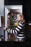 Frau steht vor dem Kühlraum Lizenzfreie Stockfotografie