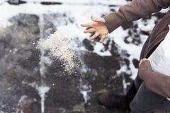 Frau steigt Weg mit Salzkorn ab Stockfotos
