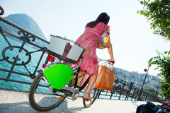 Frau stellen Einkaufenfahrrad her Stockfoto