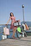 Frau stellen Einkaufenfahrrad her Stockbild