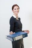 Frau stellt Datei dar Lizenzfreie Stockbilder