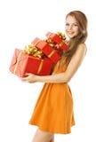 Frau stellt Geschenk-Kästen, vorbildliches Girl auf Weiß dar Lizenzfreies Stockfoto