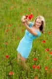 Frau stellte einen Blumenstrauß dar Lizenzfreies Stockfoto