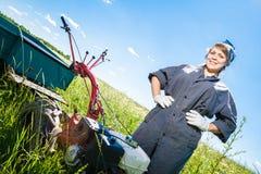 Frau steuert den Pflüger Lizenzfreie Stockfotos