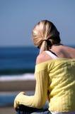 Frau am Strand lizenzfreie stockfotos