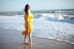 Frau am Strand Lizenzfreies Stockfoto