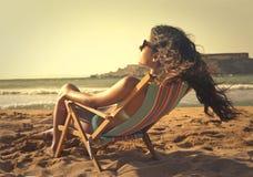 Frau am Strand stockfoto
