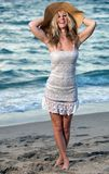 Frau am Strand in einem Kleid Lizenzfreie Stockfotografie