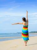 Frau am Strand ihre Ferien im Paradies genießend Lizenzfreie Stockfotografie