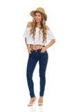 Frau in Straw Hat, in den Jeans und in den hohen Absätzen Stockfoto