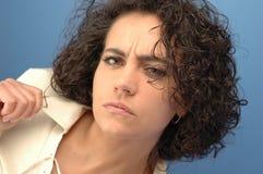 Frau strickt ihre Brauen Stockfoto