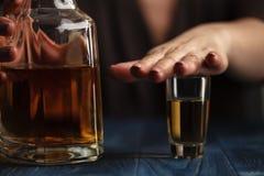 Frau strossenweise gewonnen, um mehr zu trinken stockfotos