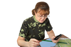 Frau studiert die Karte Stockfotografie