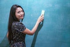 Frau säubert eine Tafel Stockfoto