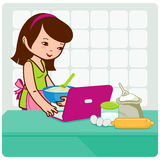 Frau sucht on-line-Rezepte Stockbilder