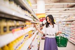 Frau am Supermarkt Lizenzfreie Stockbilder