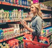 Frau am Supermarkt lizenzfreies stockfoto