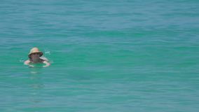 Frau swimmingin der Ozean stock video footage