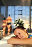 Frau am Swimmingpool Stockbild