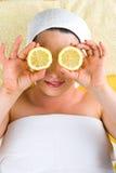 Frau am Tagesbadekurort mit Zitrone Lizenzfreie Stockfotografie