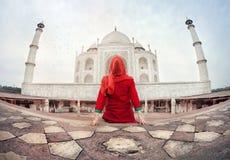 Frau in Taj Mahal Lizenzfreie Stockfotos