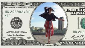 Frau tanzt das Fühlen glücklich im 100 Dollarschein stock footage