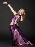 Frau tanzt den orientalischen Tanz Stockfoto