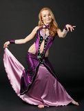 Frau tanzt den orientalischen Tanz Stockbilder