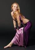 Frau tanzt den orientalischen Tanz Lizenzfreies Stockbild