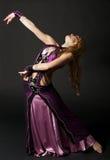 Frau tanzt den orientalischen Tanz Lizenzfreie Stockbilder
