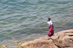 Frau tanzt am Strand bei Malawisee Stockbild