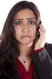 Frau am Telefon frustriert herauf Abschluss lizenzfreies stockbild