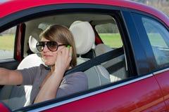 Frau am Telefon im Auto Lizenzfreies Stockfoto