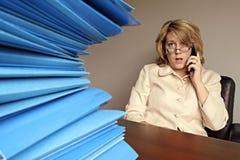 Frau am Telefon mit Datei-Faltblättern Lizenzfreies Stockbild