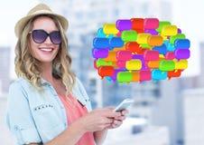 Frau am Telefon mit glänzenden Chatblasen Stockfotografie