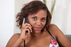 Frau am Telefon zu Hause Stockfotografie