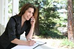 Frau am Telefon zu Hause Lizenzfreie Stockfotos