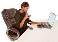 Frau Texting zu jemand Stockfoto