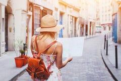 Frau touristisch, die Karte auf der Straße betrachtend stockfotos