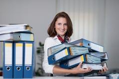 Frau trägt Dateien Lizenzfreie Stockfotos